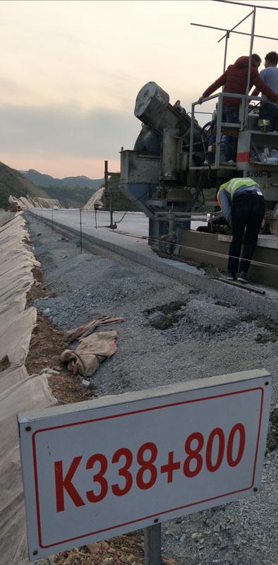2018年中铁十二局广东龙怀高速九标项目部水沟路缘石的部分施工图片